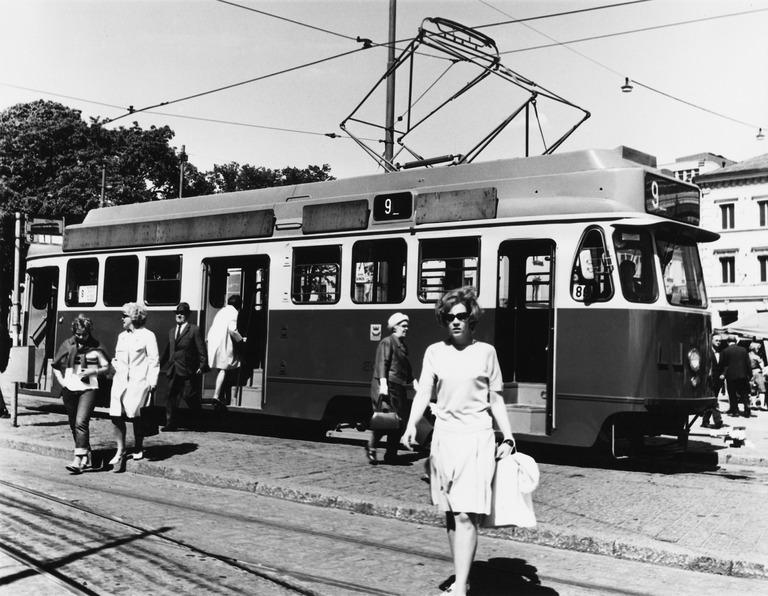 Linjan 9 raitiovaunu Kauppatorin pysäkillä. Kuva: Helsingin kaupunginmuseo / Unto Laitila 1969.