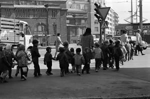Päiväkotilapsia kävelemässä Säästöpankinrannasta takaisin päiväkotiin keväällä 1970. Kuva: Helsingin kaupunginmuseo / Eeva Rista.