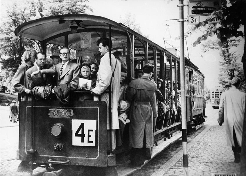 Avoperäinen raitiovaunu matkalla Munkkinie,eem 1952. Kuva: Helsingin kaupunginmuseo.