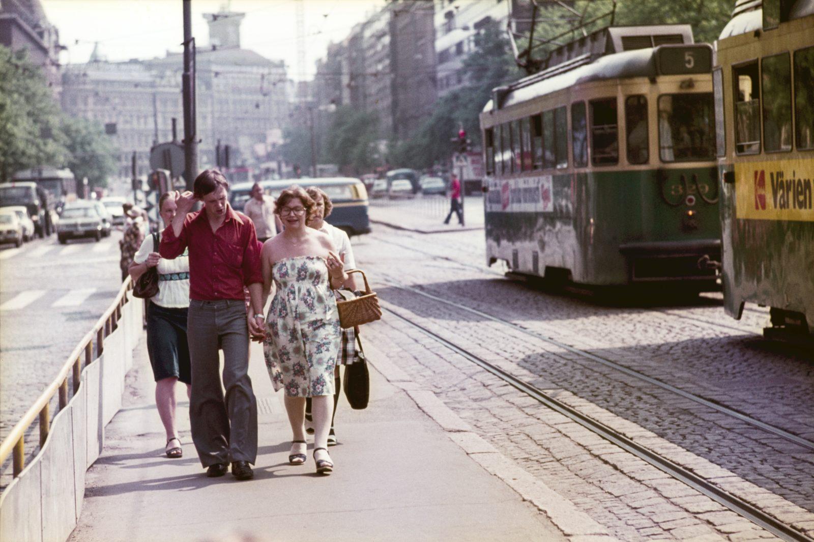 Ihmisiä ratikkapysäkillä vuonna 1977